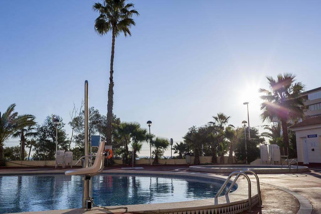 Piscina con grua del Hotel adaptado playas de Torrevieja