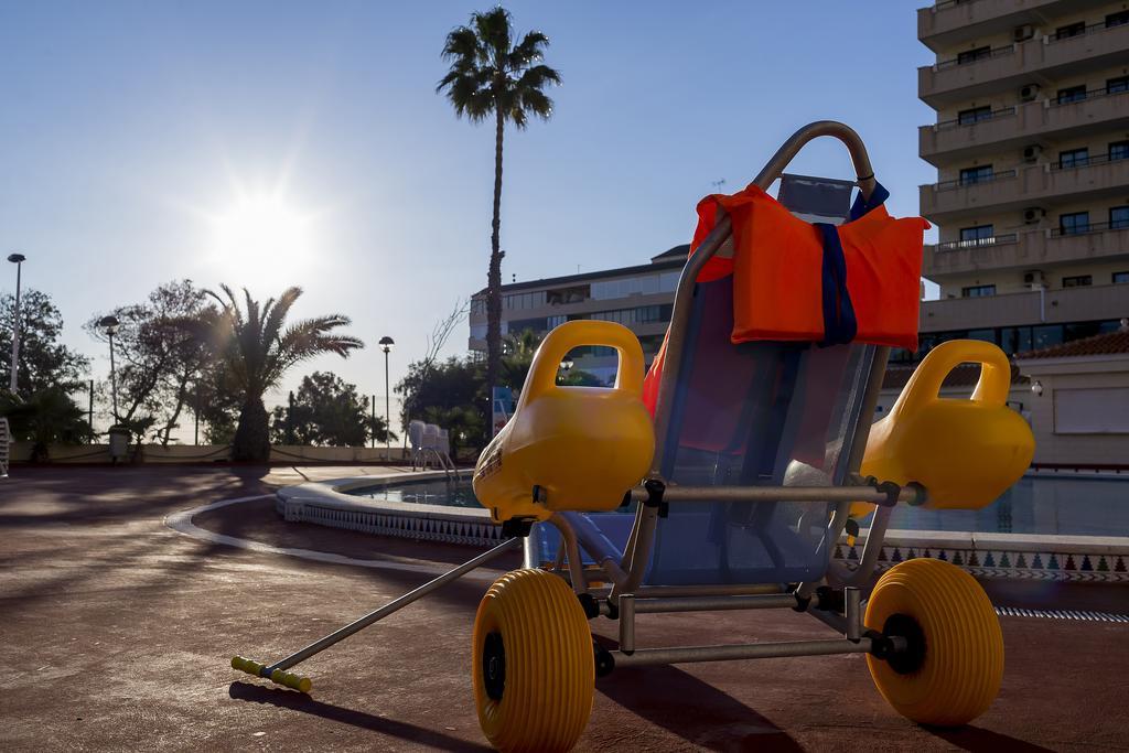 Silla anfibia para clientes del Piscina con grua del Hotel adaptado playas de Torrevieja