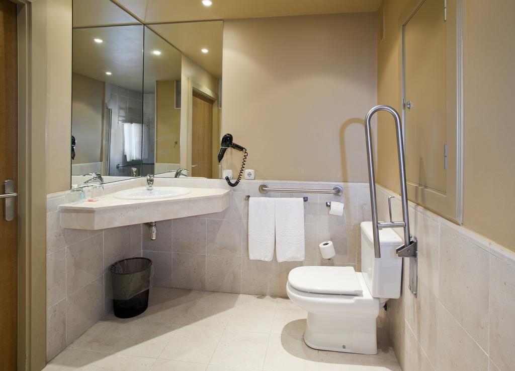 Aseo adaptado discapacidad hotel Ilunion Fuengirola