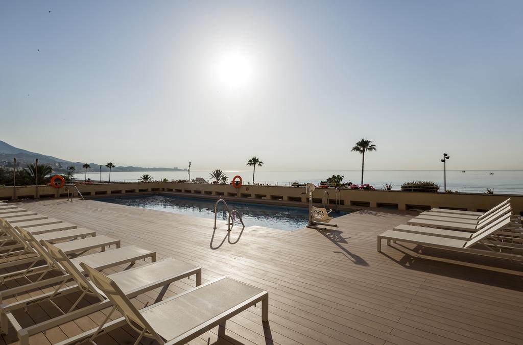 Piscina accesible grua hotel Ilunion Fuengirola