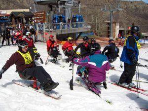 Grupo de personas con discapacidad esquiando